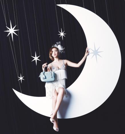 サムネイル 大胆に胸元と美脚を披露し、ミュージカルスターのような紗栄子