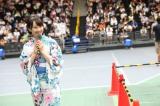 イベントの休憩時間にアリーナ内をまわる松井玲奈(C)AKS