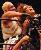 『両国ピーターパン2015〜DDTより愛をこめて〜』でのプロレスデビュー戦で、アジャ・コング(左)と激闘を繰り広げたLiLiCo (C)ORICON NewS inc.