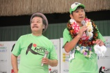 35人の芸人で522キロを走破した間寛平(右)と、ゴールに駆けつけた西田敏行