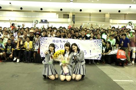 高柳明音(左)、松井珠理奈(右)も交えて記念撮影した松井玲奈(C)AKS