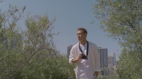 カメラ片手に公園を訪れる本田選手