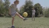 公園でリフティングをするオリビアちゃんと出会った本田選手