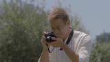 オリビアちゃんの様子をカメラに収める本田選手