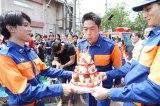 EXILE AKIRAの34歳の誕生日をドラマの共演者・スタッフが祝福(C)関西テレビ