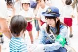 JR岡山駅前で詐欺への注意を呼びかけるチラシを配る桜井日奈子
