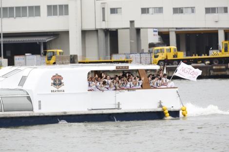 NGT48の1期生26人が船に乗って登場(C)AKS