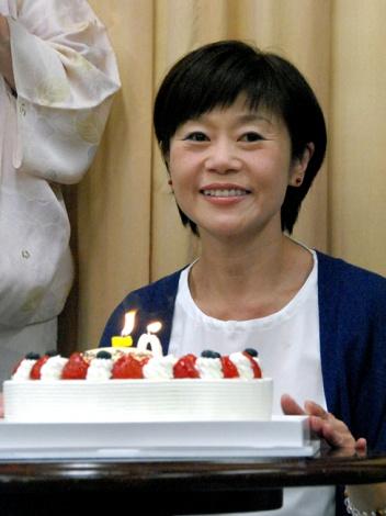 50歳のバースデーケーキをプレゼントされ、感激する神野美伽 (C)ORICON NewS inc.