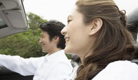 サムネイル 車など移動中の行動にも要注意! 寝てばかりやスマホのいじりすぎは、相手にマイナスな印象を与えてしまうよう