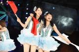 松井珠理奈(右)と「ごめんね、SUMMER」を歌う松井玲奈(C)AKS