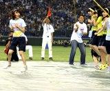 大縄跳びをしているうちにこんなに列をはみ出したHKT48宮脇咲良(C)AKS