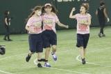 『第1回AKB48グループ対抗大運動会』大障害物競争(左から中西智代梨、小嶋陽菜、高橋みなみ)(C)AKS