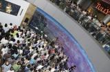 パブリックビューイングで卒業公演を見守るファン(C)AKS