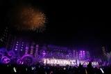 フルオーケストラと花火をバックに乃木坂46と観客が大合唱