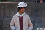ロケット花火を作る費用を稼ぐため、じんたんは上地雄輔演じる作業員の下で工事現場のアルバイトを始める。フジテレビ系『あの日見た花の名前を僕達はまだ知らない。』9月21日放送