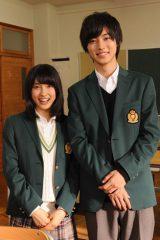 『まれ』で夫婦役を演じた(左から)土屋太鳳、山崎賢人が再び高校生役で共演する映画『orange-オレンジ-』