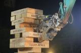城島茂がMCを務める『最強重機王決定戦!トップオブガテンアスリート』の放送が決定。写真は「ジャイアントジェンガ」の模様 (C)テレビ東京