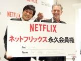 がっちり握手を交わした(左から)南海キャンディーズの山里亮太、Netflix創業者リード・ヘイスティングスCEO (C)ORICON NewS inc.