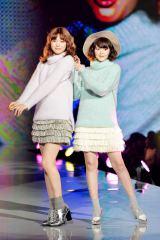 『神戸コレ2015AW』オープニングモデルとしてランウェイを飾った八木アリサと玉城ティナ(右)