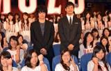 『15話耐久ノンストップMOZUラリー』舞台あいさつにサプライズ登場し、ファンに囲まれる(左から)池松壮亮 、西島秀俊 (C)ORICON NewS inc.