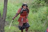 戦国武将のような甲冑姿で現れた父・武藤泰山(遠藤憲一)