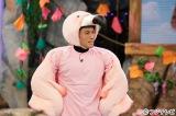 フラミンゴになりきり、片足立ちで動物クイズにチャレンジする春日俊彰。「普段からピンクを着ているんでしっくりきています」とコメント