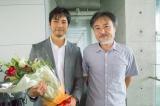 西島秀俊(左)が主演の映画『クリーピー』がクランクアップ。撮影後には黒沢清監督とガッチリ握手を交わした (C)2016「クリーピー」製作委員会