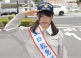 救急隊の制服姿で敬礼する桜井さん