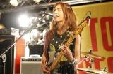 新曲「Sisters」発売記念ライブを行ったSCANDAL