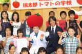 『桃太郎トマトの学校』特別授業の先生を務めた(左から)キンタロー。、葛西紀明選手
