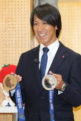 『桃太郎トマトの学校』特別授業で子どもたちにメダルを披露する葛西紀明選手
