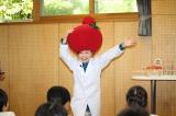 『桃太郎トマトの学校』特別授業であっちゃんのものまねを披露するキンタロー。