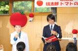 『桃太郎トマトの学校』でトマトの種を手に授業を行う(左から)キンタロー。、葛西紀明選手