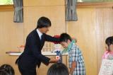 『桃太郎トマトの学校』特別授業を終え、メダルを表彰する葛西紀明選手