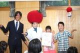 """『桃太郎トマトの学校』で生徒といっしょに""""フライングゲット""""する(左から)葛西紀明選手、キンタロー。"""
