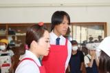 『桃太郎トマトの学校』特別授業で生徒の調理を見守る(左から)キンタロー。、葛西紀明選手