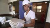 お笑い芸人のバッドボーイズ・大溝清人が『大改造!!劇的ビフォーアフター』で親孝行リフォーム。リフォームの手伝いをする大溝(C)ABC