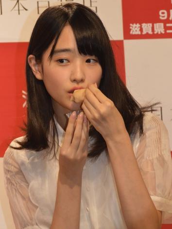 しが広報部長に就任にした高橋ひかる。滋賀県の名産品で調理されたオリジナルメニュー、近江米を使ったジェラートを試食 (C)ORICON NewS inc.