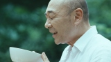 『サッポロ一番 グリーンプレミアム0(ゼロ)』の新CMで熟年夫婦を演じる高橋克実