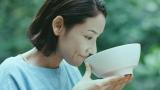 『サッポロ一番 グリーンプレミアム0(ゼロ)』の新CMで熟年夫婦を演じる吉田羊