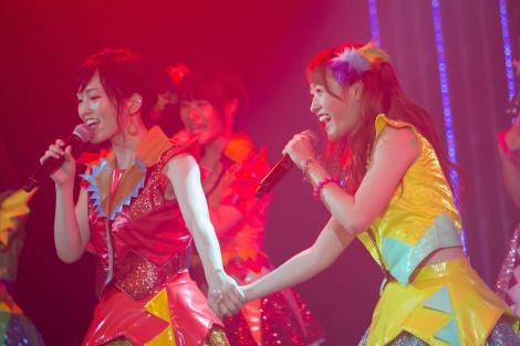 NMB48からの卒業を発表した小谷里歩(右)と手をつなぐ山本彩=NMB48チームN『ここにだって天使はいる』公演(C)NMB48