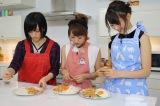 3人で料理に挑戦する(左から)山本彩、高橋みなみ、宮脇咲良 (C)関西テレビ