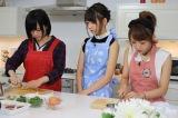 3人で料理に挑戦する(左から)山本彩、宮脇咲良、宮脇咲良 (C)関西テレビ