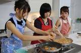 3人で料理に挑戦する(左から)宮脇咲良、山本彩、高橋みなみ(C)関西テレビ