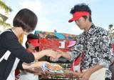 パン工場『ゴリラパン』のパンを集まったファンにプレゼントした新井浩文(右) (C)ORICON NewS inc.