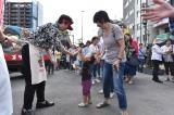 ドラマ『ど根性ガエル』ゴリラパン移動配布の模様(C)日本テレビ