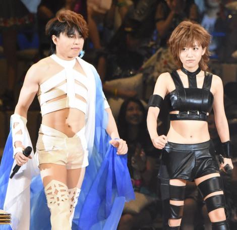 T.M.Revolution・西川貴教(左)をイメージした衣装で登場した高橋みなみ (C)ORICON NewS inc.