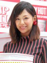 雨の中イベントに登場し、「晴れ女だとおもっていたのに」と語った西内まりや (C)ORICON NewS inc.