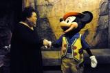 ミッキーマウスと初対面を果たしたマツコ(C)Disney