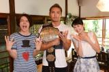 新日本プロレスのIWGPチャンピオン、オカダ・カズチカ(中央)がテレビ朝日系ドラマ『民王』に本人役で出演(C)テレビ朝日